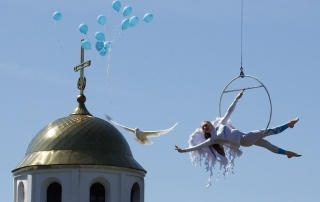 The city of Vitebsk celebrated the 100th wedding anniversary of the Chagalls with airborne acrobats, reenactments, and fireworks.