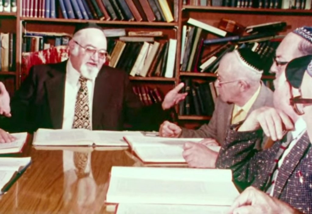 Members of Sephardic Bikur Holim studying Sefer Me-am-Lo'ez with Rabbi Solomon Maimon.