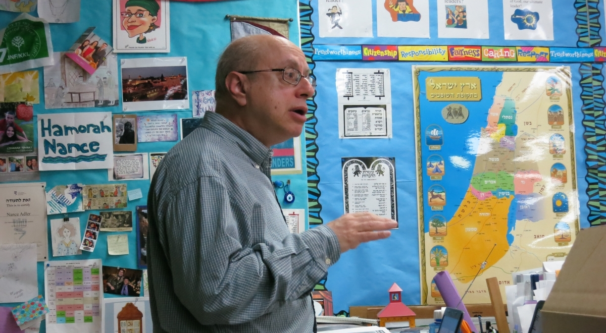 Prof. David Bunis spoke about Ladino at a visit to the Jewish Day School in Bellevue.