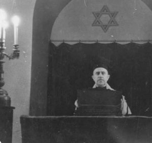 Rabbi Isidore Kahan at bimah in Sephardic Bikur Cholim, Seattle 1939