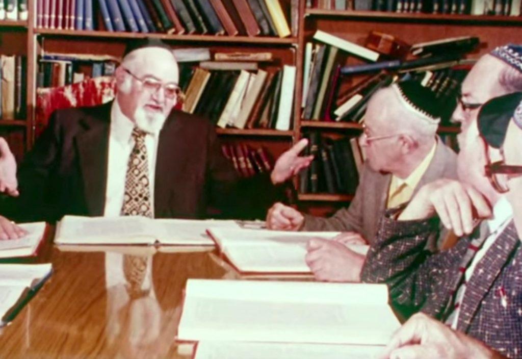 Members of Sephardic Bikur Holim studying Sefer Me-am-Lo'ez with Rabbi Solomon Maimon.