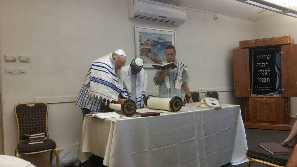 Oscar reading from the Torah in Tel Aviv