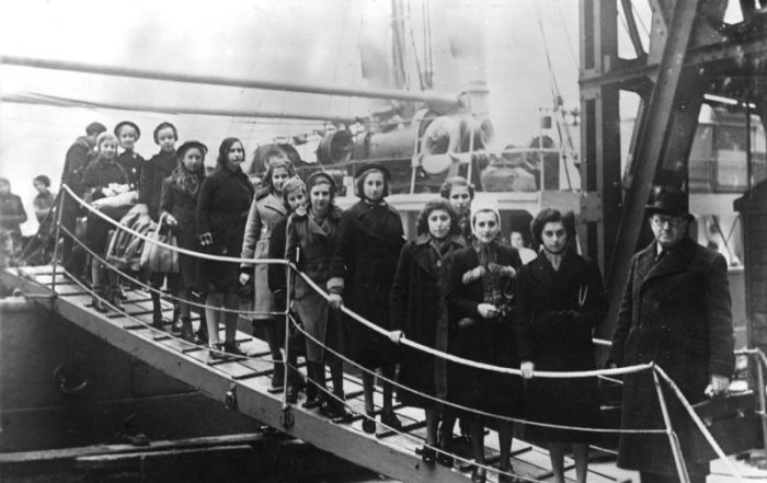 Black and white photo of Polish Jewish refugee children arriving in London